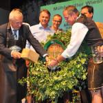 LH-Stv. Franz Hiesl beim Bieranstich auf der Mühlviertler Wiesn 2014